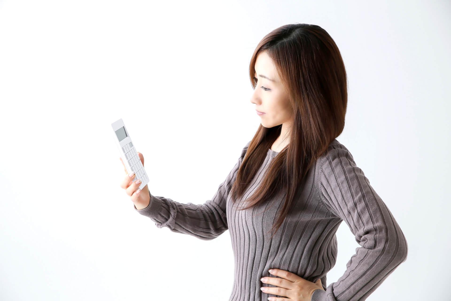 電卓を眺める女性