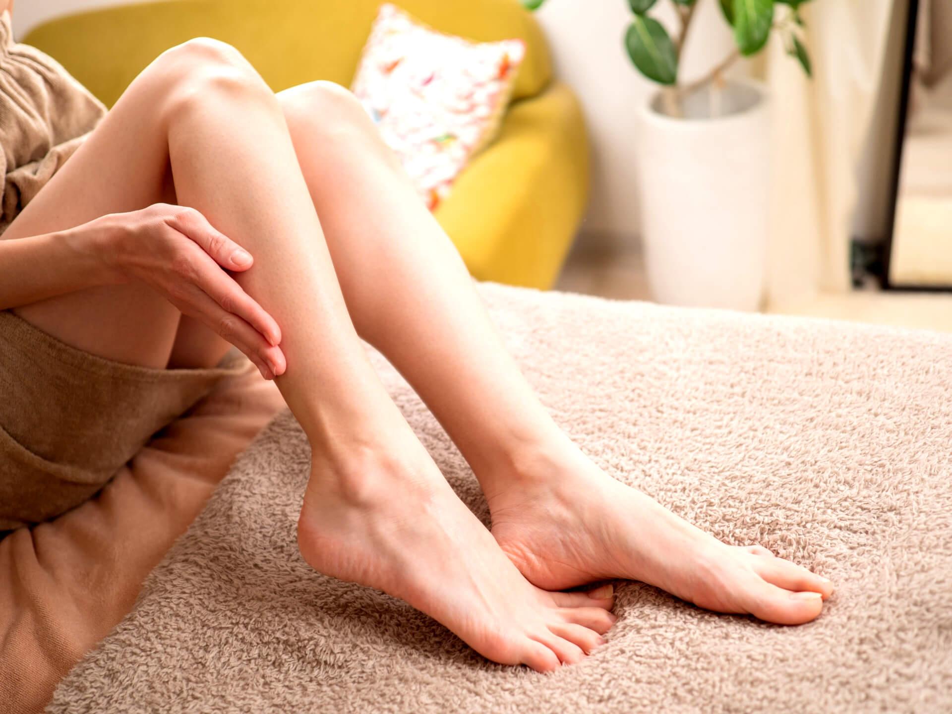脚を気にする女性